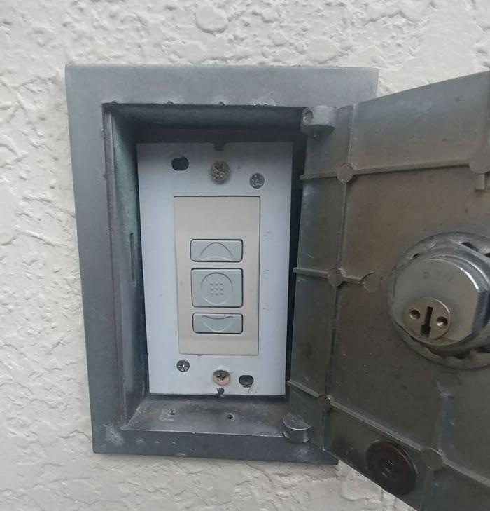 池田市で電動シャッター押しボタン交換工事後