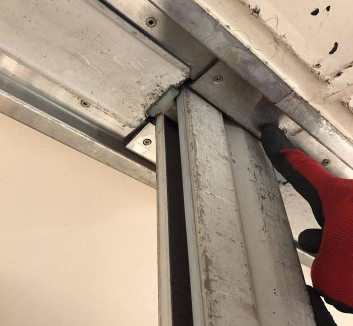 島本町で手動シャッター中柱修理工事後