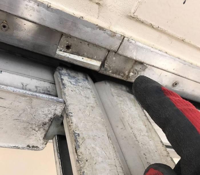 島本町で手動シャッター中柱修理工事前