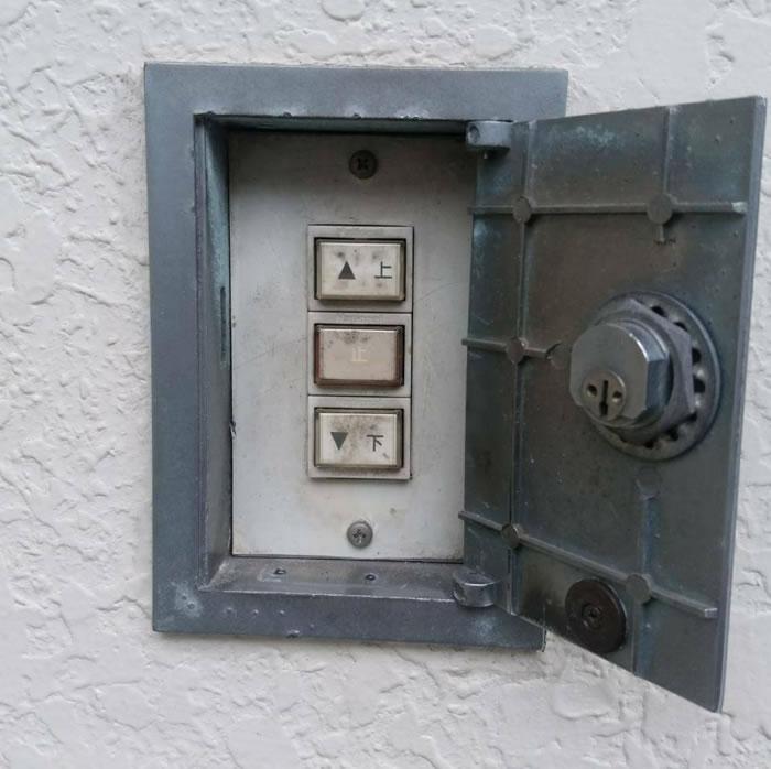 池田市で電動シャッター押しボタン交換工事前